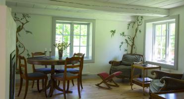 Mysigt vardagsrum med öppen spis